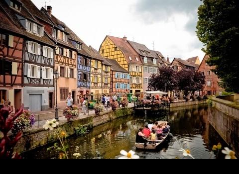 Приятная достопримечательность — разноцветные домики вдоль берегов реки