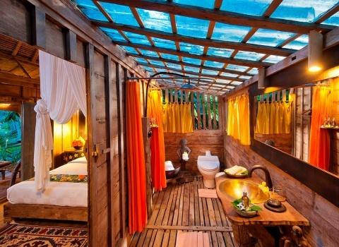 The Glass Floor Udang House, Bali, Indonesia.Стеклянная черепичная крыша ванной комнаты позволяет проникатьсолнечному и лунному свету. Это добавляет романтики вашему пребыванию в ванной.