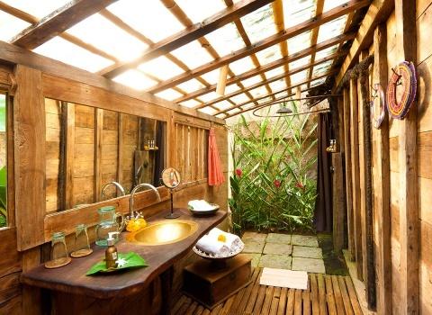 The Glass Floor Udang House, Bali, Indonesia.Душ частично закрыт и частично открыт, и гости могут общаться с Природой.
