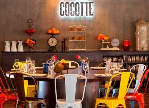 В неформальной обстановке отеля Отель Wanderlust, в ресторане Cocotte подают блюда французской кухни