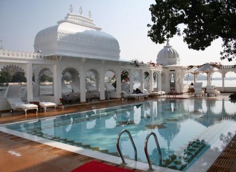 «Королевские дворецкие» (Royal Butlers), работающие в отеле Taj Lake Palace, являются потомками прислуги дворца
