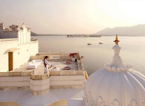 Из окон отеля Taj Lake Palaceоткрывается захватывающий вид на Городской дворец, холмы предгорий Аравали и Маччалая-Магра, а также средневековый дворец Джаг-Мандир