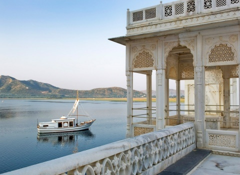 Курортный отель Taj Lake Palace расположен посреди озера Пикола в величественном здании дворцовой архитектуры