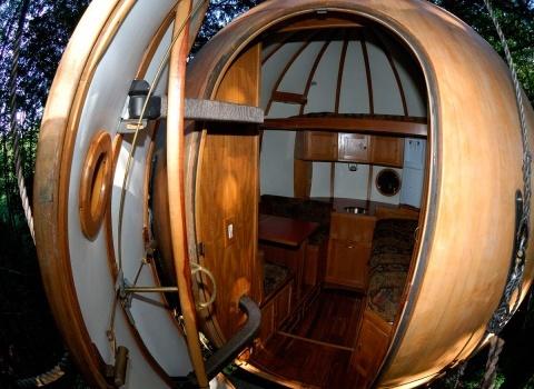 Free Spirit Spheres, Canada. В домике вас ждем уютная одноместная кровать. Максимальная нагрузка не более 137 кг