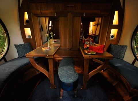 В отеле Free Spirit Spheres, Canada кровать раскладная и если вам нужен столик для обеда просто сложите кровать в стену