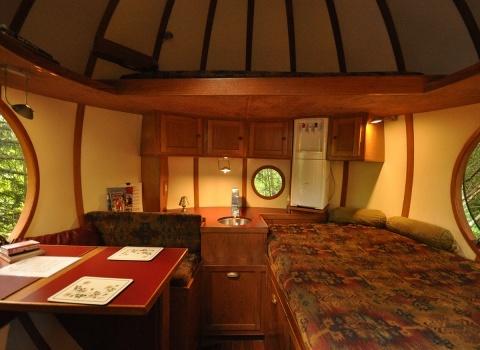 Free Spirit Spheres, Canada. Сфера «Эрин» (отель Free Spirit Spheres, Canada) имеет электрическое отопление, холодильник, чайные принадлежности и встроенную музыкальную систему