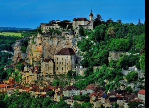Рокамадур — это коммуна во Франции, в регионе средней Пиренеи. Это архитектурное чудо — городок, построенный по вертикали. Рокамадур восхищает вертикальным строительством и прекрасным видом на всю долину Алзу. Город практически втиснулся в глубокий каньон. Скала составляет 400 метров.