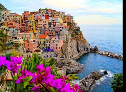 Манарола, Чинкуэ Терре,Италия.Чинкуэ Терре — это пять горных деревень, расположенных на скалах на Лигурийском побережье Италии. Отвесные скалы темного моря контрастируют с цветами домов, которые расположены над скалами. Монтероссо, Вернацца, Корнилья, Манарола и Риомаджоре на протяжении веков были отрезаны горами от остальной Италии. Можно было добраться до них только со стороны моря. Сегодня лучше всего добираться сюда на поезде.
