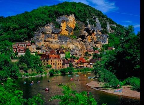 Рокамадур, Франция.Рокамадур — это коммуна во Франции, в регионе средней Пиренеи. Это архитектурное чудо — городок, построенный по вертикали. Рокамадур восхищает вертикальным строительством и прекрасным видом на всю долину Алзу. Город практически втиснулся в глубокий каньон. Скала составляет 400 метров.