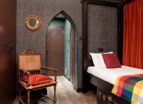 Harry Potter Hotel, London.Хорошая возможность окунуться в мир волшебства, начав, свое посещение Лондона с отеляHarry Potter Hotel.