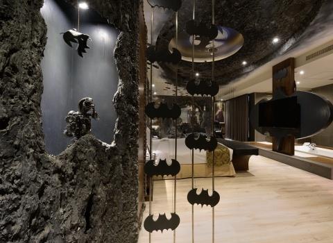 The Batcave, Taiwan.Готического ощущения номеру добавляют летучие мыши и горгульи, расставленные по всему номеру.