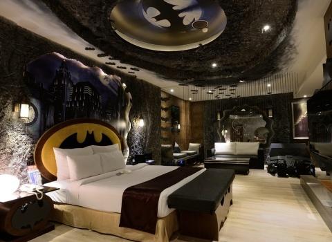 The Batcave, Taiwan.В номере отеля Batman есть двуспальная кровать, расположенная в комнате, выполненной с видом на пещеру.