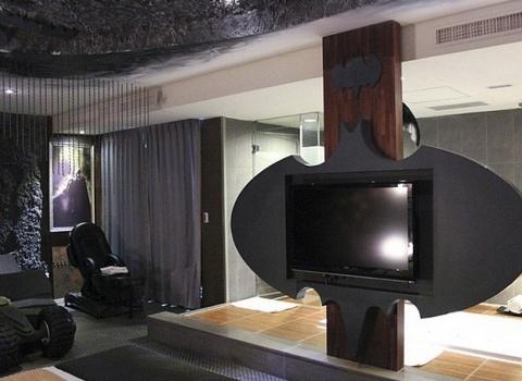 The Batcave, Taiwan. В номере есть телевизор в стилеБэтмена рядом с кроватью и ванной.