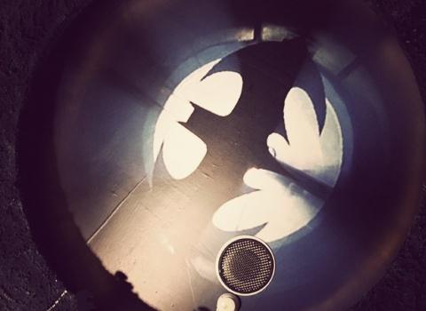 The Batcave, Taiwan. Восвещенной ванной комнате есть сигнал летучей мыши.