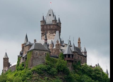Замок Райхсбург (Рейхсбургский Кохем), Кохем, Германия. Из интересностей есть старинная мельница горчицы, построенная в 1810 году и работающая до сих пор. Туристы могут наблюдать за производством горчицы и пробовать некоторые сорта.