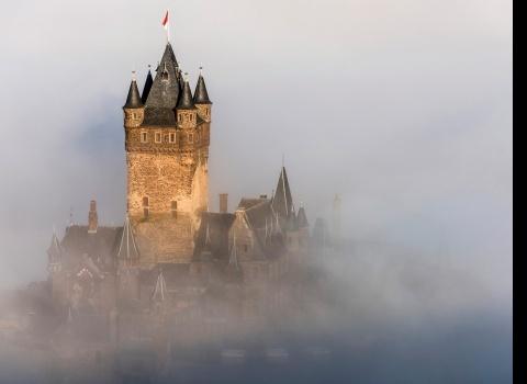 Замок Райхсбург (Рейхсбургский Кохем), Кохем, Германия. В долине реки Мозельесть винодельни, где можно продегустировать местное вино: Рислинг (Считается одним из лучшихвин в Германии) иЛибгутенвайн