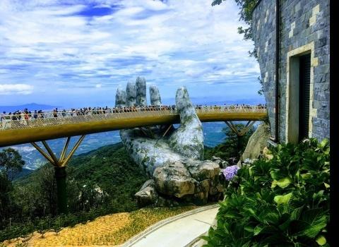 Достопримечательность мира: Золотой мост на холме Ba Na Hill in Danang (Вьетнам). Золотой мост, удерживаемый огромными каменными руками.