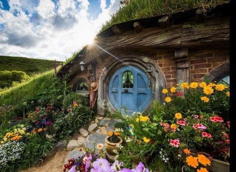 Достопримечательность мира: Хоббитон (Новая Зеландия). Поклонники «Властелина колец» могут посетить Хоббитон. Он использовался во время съемок сцен в Шире для фильмов «Властелин колец».