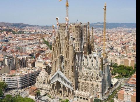Достопримечательность мира: La Sagrada Família (Испания). Строительство богато украшенного храма началось в 1882 году и до сих пор не закончено (ожидаемая дата завершения— 2026 год).