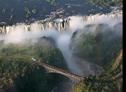 Достопримечательность мира: водопад Виктория (Замбия). На границе Замбии и Зимбабве находится водопад Виктория, 354-футовый водопад.