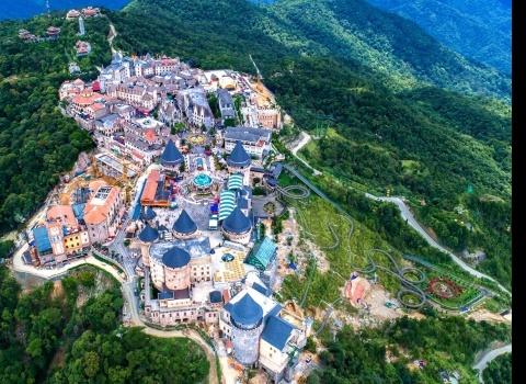 Достопримечательность мира: горный курорт Ba Na Hill (Вьетнам). Достопримечательности Ba Na Hill включают канатные дороги через горы, Золотой мост, удерживаемый огромными каменными руками, и аттракционы тематического парка.