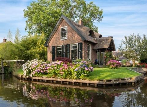 Гитхоорн (Giethoorn) (Нидерланды). Некоторые мосты являются частью улицы, а некоторые мосты — часть входа в дом.