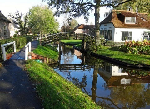 Гитхоорн (Giethoorn) (Нидерланды).В деревне можно взять на прокат различные лодки, катеры и прочие водные судна