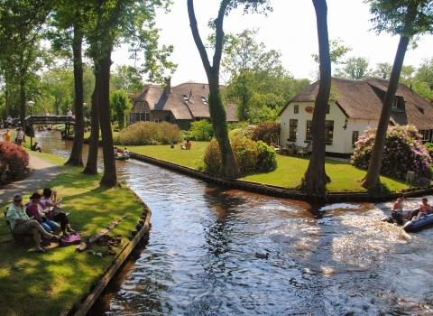 Гитхоорн (Giethoorn) (Нидерланды). В старой части деревни не было дорог и все перемещались только на лодках