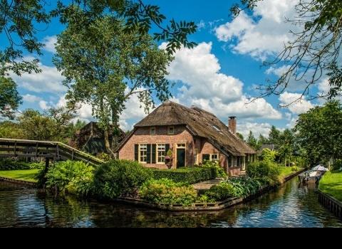 Гитхоорн (Giethoorn) (Нидерланды). Деревня расположена в самом центре национального паркаWeeribben-Wieden.