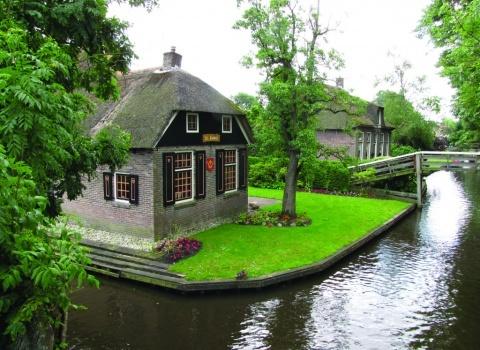 Гитхоорн (Giethoorn) (Нидерланды).Идеальные газоны