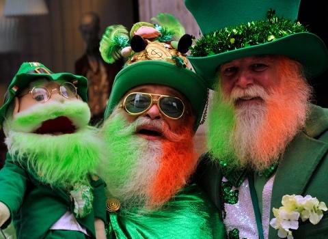 В День Святого Патрика положено выпить хотя бы стаканчик пива или рюмку спиртного в любом ирландском баре