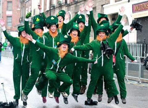 В Чикаго, в честь праздника, не раз красили в зеленый цвет целую реку