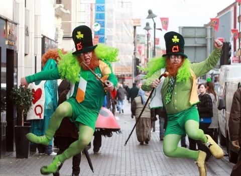 Англичане любят подкрашивать воду в фонтане (Трафальгарской площаде) в зеленый цвет в честь дня Патрика